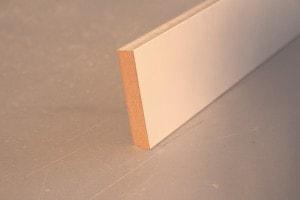 Plinthe médium prépeint blanc bord carré – 12 x 65 mm - vue 1