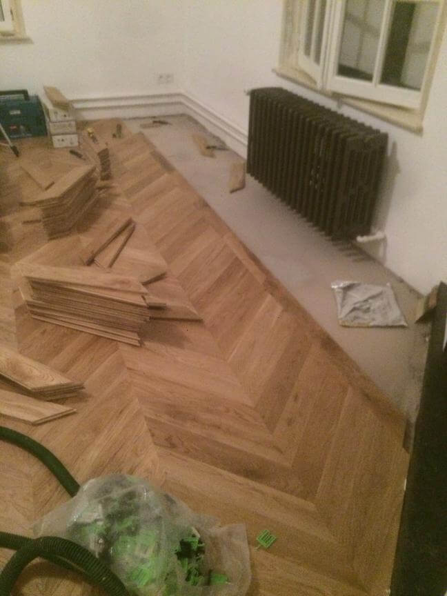 Chantier de pose d'un parquet point de hongrie