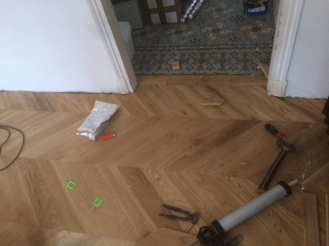 Pose collée d'un parquet en point de hongrie
