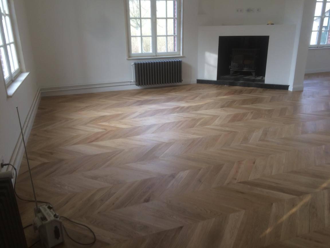 Point de Hongrie dans le salon avec cheminée