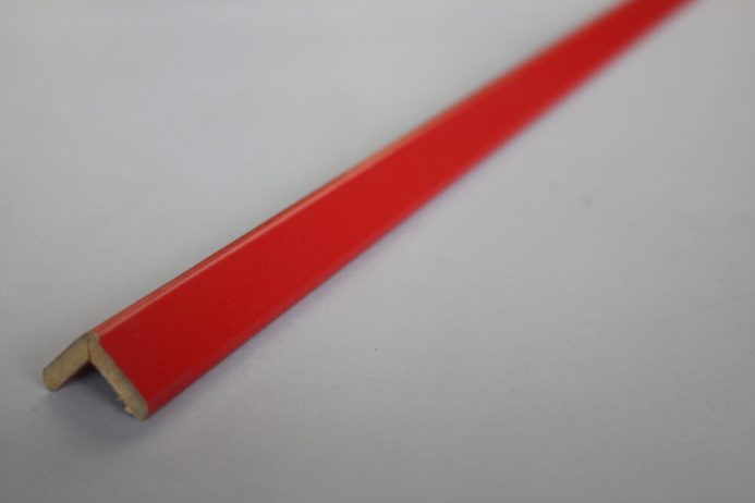 Baguette d'angle rouge en médium